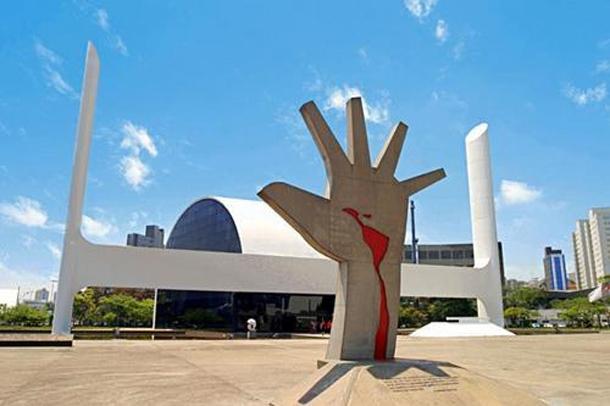 Escultura Mão - Memorial América Latina - SP